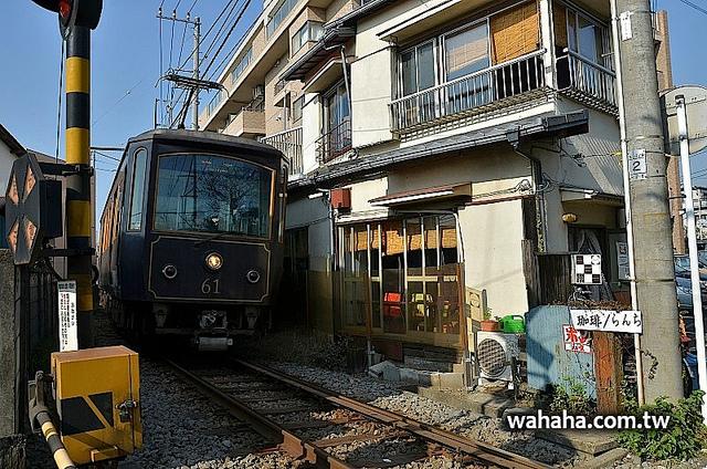 離江之電軌道只有半公尺的咖啡店「日月日」